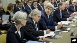 اقای مونیز در مقام وزیر انرژی آمریکا در مذاکرات هسته ای آمریکا با ایران حضور داشت.