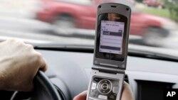 Unas 660 mil personas en EE.UU. admitieron que envían mensajes de texto y conducen a la vez.