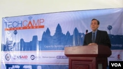 US Ambassador William Todd, also a blogger, gives a talk at TechCamp Phnom Penh, a two-day technology conference organized by the US Embassy Phnom Penh, from March 13-14, 2013. (Kun Chenda/VOA Khmer)