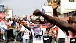 អ្នកគាំទ្របេក្ខជនប្រឆាំង លោក Nana Akufo-Addo ត្រៀមខ្លួនសម្រាប់ការទទួលបានជ័យជម្នះរបស់ខ្លួននៅក្នុងក្រុង Accra ប្រទេសហ្គាណា កាលពីថ្ងៃទី៨ ខែធ្នូ ឆ្នាំ២០១៦។