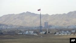 Quang cảnh khu vực Ki Jong Dong của Bắc Triều Tiền được nhìn từ Ðài Quan sát Ouellette ở Vùng Phi quân sự (ảnh tư liệu ngày 25/3/2012)