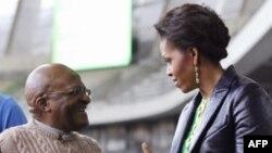 Ðức Giám mục Desmond Tutu (trái) và Ðệ nhất Phu nhân Hoa Kỳ Michelle Obama tại sân vận động ở Cape Town, Nam Phi