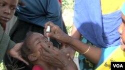 Trẻ em được chủng ngừa bệnh bại liệt ở Somalia.