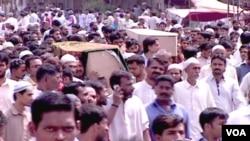 Warga Pakistan memakamkan para korban tewas akibat kekerasan politik dan etnis di Karachi (19/8).