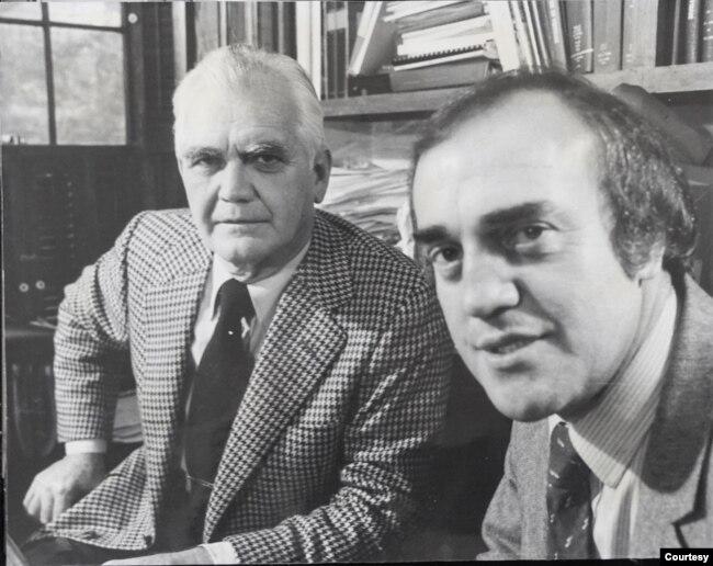 """Peter phỏng vấn cựu Đại tướng William C. Westmorland, Tư Lịnh Bộ Chỉ Huy Cố Vấn Quân Sự Mỹ tại Nam Việt Nam (MACV) vào năm 1978 cho bộ phim tài liệu """"Cuộc chiến mười ngàn ngày"""" (Vietnam: The ten thousand day war) của Canada do ông viết kịch bản và thực hiện nhiều cuộc phỏng vấn với các chính khách, sĩ quan cao cấp của các bên liên quan đến cuộc chiến. (Hình: Peter Arnett cung cấp)"""
