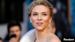 Scarlett Johansson se convirtió en la primera mujer en ser nombrada en dos ocasiones como la mujer más sexy por la revista Esquire.
