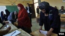 Kesibukan warga dalam pemungutan suara Pemilu Parlemen tahap akhir di TPS Qalyobeia, Mesir (3/1).