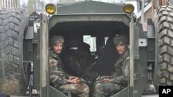 在印控克什米尔的印度士兵坐在装甲车里(资料照片)