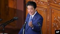 아베 신조 일본 총리가 17일 도쿄 의회에서 연설하고 있다. 아베 총리는 북한의 위협을 2차 세계대전 이후 가장 심각한 안보 우려로 지적하면서 방위 역량을 더욱 강화하겠다고 밝혔다.