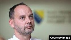 Zastupnik Refik Hankić nije prijavio da ima dva stana u Sarajevu pa mu Parlament FBiH plaća smještaj kod sugrađanke iz Lukavca. (Foto: CIN)