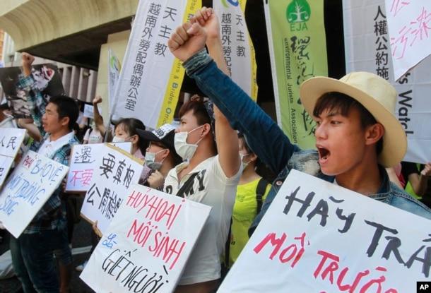 Hình tư liệu - Các nhà hoạt động Việt Nam trong một cuộc biểu tình kêu gọi Formosa Hà Tĩnh chịu trách nhiệm trong vụ thảm họa cá chết, ở Đài Bắc, Đài Loan, ngày 10 tháng 8 năm 2016.