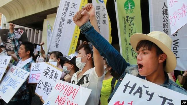 Các nhà hoạt động Việt Nam biểu tình ở Đài Bắc đòi công ty thép Formosa của Đài Loan ở Hà Tĩnh chịu trách nhiệm làm sạch những chất thải độc hại đổ ra biển miền Trung.