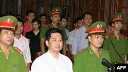 Tiến sĩ Cù Huy Hà Vũ tại phiên tòa ở Hà Nội hôm 2 tháng 8, 2011
