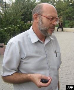 Sergey Mayorov, Abdumalik Bobayevning advokati, ayblov xulosalari taqdim etgan eksperlar bilan, ya'ni O'zbekiston ommaviy axborot vositalari monitoring markazi xodimlari bilan gaplashmoqchi. Lekin sudya yo'q deb javob bergan.