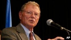Sen. Jim Inhofe, R-Okla dalam pidato sambutan kemenangannya di Oklahoma City dua tahun yang lalu (foto: AP Photo/Sue Ogrocki)