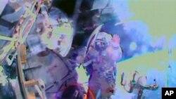 အိုလံပစ္မီး႐ႉးတုိင္ကို ႏိုင္ငံတကာ အာကာသစခန္း (ISS) ကေန ေလဟာနယ္ထဲကို ပထမဆံုးအႀကိမ္အျဖစ္ သယ္ယူလာစဥ္။ (ႏုိဝင္ဘာ ၉၊ ၂၀၁၃)
