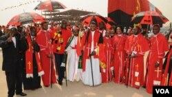 Padres e outros religiosos no comício de abertura da campanha do MPLA, fotografados com o secretário provincial Bento Bento