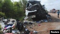 Restos del autobus que esta mañana colisionó en Veracruz, México, contra un camión de carga. 43 personas murieron, según las autoridades.