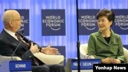 박근혜 한국 대통령(오른쪽)이 22일 스위스 다보스에서 열린 '제44차 세계경제포럼 연차총회'에서 개막연설을 한 뒤 클라우스 슈밥 세계경제포럼 회장과 대담하고 있다.