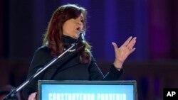 Presiden Argentina Cristina Fernandez menyampaikan pidato dalam rangka peringatan 10 tahun pemerintahannya di hadapan para pendukungnya di Buenos Aires, Argentina (25/5).