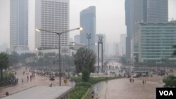 Kawasan Jl MH Thamrin menuju Bundaran HI hingga Jalan Jenderal Sudirman Jakarta digenangi banjir hingga ketinggian 50 sentimeter, 17 Januari 2013 (Foto: dok). Meskipun wacana terus diajukan berbagai kalangan, Pemerintah belum berpikir untuk memindahkan ibukota ke kota lain.