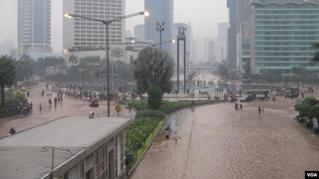 Kawasan Jl MH Thamrin menuju Bundaran HI hingga Jalan Jenderal Sudirman Jakarta digenangi banjir hingga ketinggian 50 centimeter, Kamis malam 17/1 (foto: VOA/Andylala)
