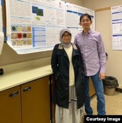 Yuana Nurulita, PhD (kiri) melakukan penelitian pasca doktoral di Oregon State University, tempat mengajar Prof Taifo Mahmud. (foto: courtesy)