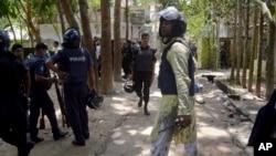 2016年7月7日,孟加拉国警察抵达首都达卡以北大约90公里处的爆炸现场。
