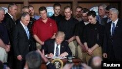 도널드 트럼프 미국 대통령이 28일 워싱턴의 환경청에서 환경규제 철회 행정명령에 서명하고 있다.