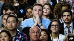 Un électeur d'Hillary Clinton regarde les résultats sur un écran à New York, le 8 novembre 2016.