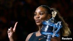 28일 호주 오픈 테니스 대회 여자 단식에서 우승한 세레나 윌리엄스가 우승컵을 들고 기념촬영을 하고 있다.
