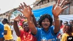 Des femmes célèbrent la fin de l'épidémie d'Ebola en Afrique de l'Ouest, Freetown, Sierra Leone, 7 novembre 2015.
