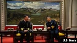 美國海軍作戰部長約翰·理查森同中國官員交談(美國海軍照片)。