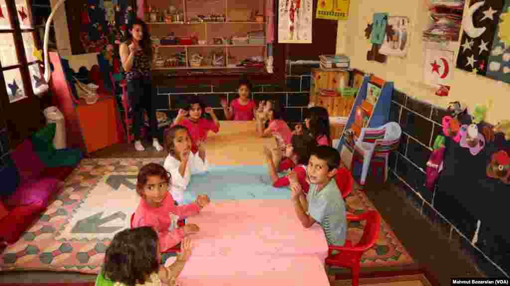 Kültür, sanat, okul öncesi gibi eğitimlerle çocukların topluma adapte olması amaçlanıyor.