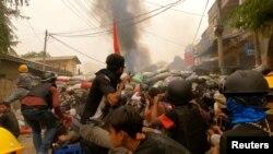 2021年3月29日,缅甸实皆省的抗议者们使用弹弓,并用路障作掩护