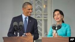 Tổng thống Mỹ Barack Obama mỉm cười trong lúc lắng nghe lãnh đạo đối lập Myanmar Aung San Suu Kyi phát biểu trong cuộc họp báo chung tại Yangon, Myanmar, ngày 14/11/2014.