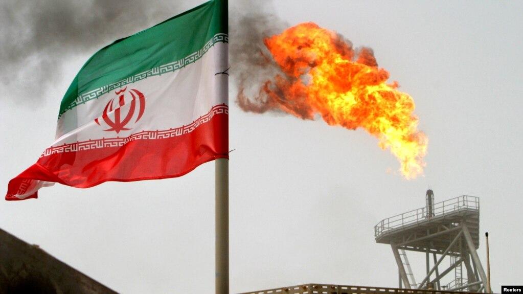 Một dàn khoan sản xuất dầu ở Soroush với lá cờ Iran ở Vịnh Persia trong tấm ảnh chụp ngày 25/7/2005. Lệnh cấm hoàn toàn của Mỹ về mua bán dầu với Iran bắt đầu có hiệu lực hôm 2/5.