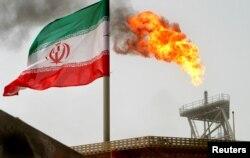 이란의 페르시안 만의 유전에서 석유 시추를 위해 설치한 시추봉 위 로 불꽃이 타오르고 있다.