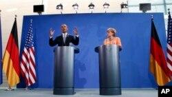Prezida wa Amerika, Barack Obama, na Chenceliere w'Ubudagi, Angela Merkel bariko baha ikiganiro abamenyeshamakzuru, mu gisagara ca Berlin, mu Bidagi, kw'italiki cumi n'icenda z'ukwezi kwa gatandatu mu mwaka w'2013.