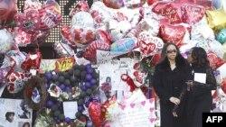 Porodica i prijatelji stižu na službu povodom smrti Vitni Hjuston