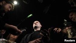 Nhà lãnh đạo đối lập Sergei Udaltsov (giữa) nói chuyện với các nhà bạo sau khi rời trụ sở Ủy ban điều tra Nga ở Moscow hôm 17/10/12. Các nhà điều tra tiến hành thủ tục khởi tố hình sự nhân vật nổi tiếng lãnh đạo các cuộc biểu tình phản đối Tổng thống Nga