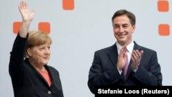 Angela Merkel, Avrupa Parlamentosu liste başı adayı İskoç kökenli David McAllister'la