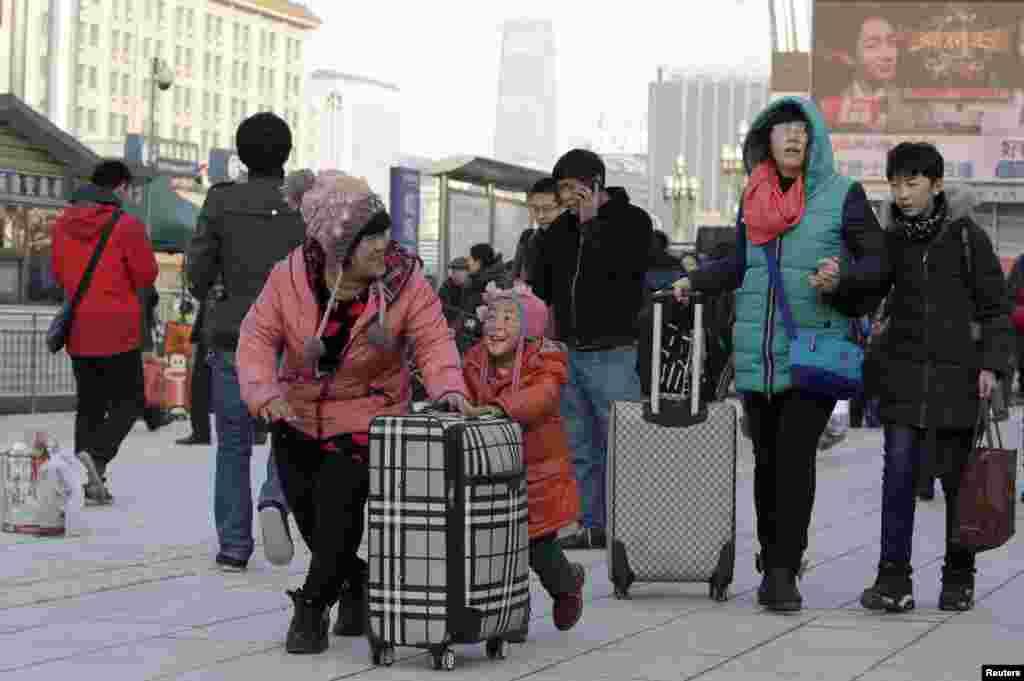 중국 베이징역에서 고향으로 가는 기차를 타려는 사람들. 중국에서는 40일간의 춘절 연휴를 맞아 연인원 29억 명이 이동할 것으로 예상된다.
