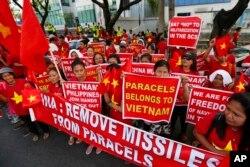 Người dân Philippines biểu tình chống Trung Quốc tại sứ quán Trung Quốc ở Manila, Philippines, ngày 25/2/2016.