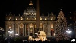 La ceremonia atrajo a una enorme multitud en la Plaza de San Pedro que generalmente en la época de Navidad se llena de turistas y peregrinos.