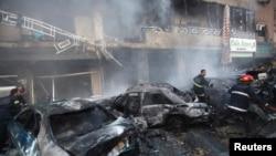 2014年1月21日在黎巴嫩首都贝鲁特发生汽车炸弹袭击的现场,救援人员抢救灭火。