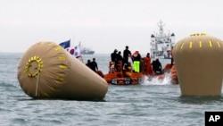 4月18日星期五南韓救援人員仍努力尋找失蹤者。