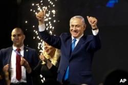 Izraelski premijer Benjamin Netanjahu pozdravlja svoje pristalice nakon zatvaranja birališta u Telavivu, 10. aprila 2019.