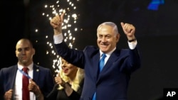 Waziri Mkuu wa Israel Benjamin Netanyahu akiwasalimia wafuasi wake baada ya zoezi la kupiga kura kufungwa Tel Aviv, Israel, Jumatano, Aprili 10, 2019.