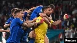 دروازه بان تیم ایتالیا سه پنالتی انگلیس ها را پی در پی مهار کرد
